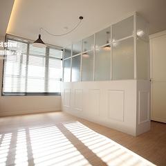 침실에 딸려있는 화이트한 드레스룸입니다~침실을 가벽으로 두공간으로 나누었습니다.