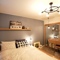 이집의 공간 중 가장 마음에 드는 곳이 침실입니다.   소품들을 저희 클라이언트 부부께서 직접 구매하시고 셋팅하셨어요. 모노톤의 사막의 코끼리 액자가 너무 잘울리죠