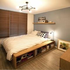 침대는 헤드가 없는 평상형으로 매트리스를 침대프레임안으로 넣어 평상형 디자인을 살리고 프레임은 넓게 디자인되어  책을 수납하는 공간/때로는 벤치/사이드테이블으로 다양한 용도로 사용할수 있게 디자인 되었습니다.