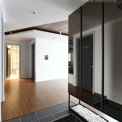 현관입구에요~ 오른쪽의 가벽에 전면 거울을 설치해서 현관을 넓어보이게 했고 그 밑은 여백을 두어 거실의 빛이 새어들어오게끔~