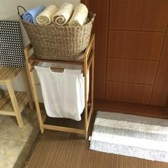 빨래바구니가 너무 실용적인 아이인 것 같아요:) 빨래바구니 위에 나무판에 다른걸 올려놔도 되구요. 저희 화장실에는 선반이 없어서 수건을 놓을만한곳이 많이 없더라구요 ㅜ 그래서 이렇게 수건바구니를 따로 해놨어요 :)