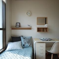# Room White  주인장이 이방의 이름을 룸화이트로 정한 이유는, 철제서랍장이 흰색이라 그리 정했다고 합니다.   심플의 정석. 소품도 심플 색의 사용도 심플  여기에 들어오는 사람이 나머지를 채워야 겠죠~   거울이랑 선반은 모두 MUJI 의 제품.