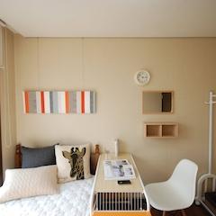 # Room Orange   마지막 방.  역시 베리 심플의 정석을 보여줍니다. ㅎㅎ  오렌지 소품이 살짝 들어가서 룸 오렌지라 명명한답니다.  MUJI를 사랑하는 주인장 덕에 MUJI스러운 느낌이.