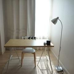 컴퓨터 할 목적인 책상- 근데 막상 컴퓨터는 쇼파 또는 침대 또는 식탁에서ㅋㅋㅋㅋㅋ 왠지 저 방에 혼자 덩그러니 있는 느낌이 아직 좀 이상함....