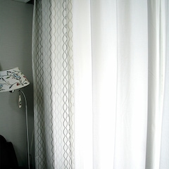 거실의 아일렛 커튼도 모두 이케아 제품이다.  IKEA HENNY RAND curtains(왼쪽)과 MERETE curtains(오른쪽)을 하나씩 사서 걸어주니, 20평대 아파트 거실에 딱 어울릴 정도의 주름이 잡힌다.  특히 아일렛 커튼은 직접 맞추려면 공임이 더 들어 가격도 훨씬 비싼데 이케아 정말 최고 ㅋㅋ 디자인도 워낙 다양한데다가 10만원 정도면 왠만한 거실 커튼 장만하기 충분하다는 거! 단 조절하러 세탁소 가는 건 좀 귀찮지만 ^^;  여름엔 HENNY RAND curtains은 떼어내고  MERETE curtains과 하늘거리는 레이스 커튼을 매치하면 시원해 보일 것 같다.