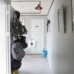 가방을 드레스룸 박스 안에 넣어두고 사용했는데 너무 불편하고, 점점 쇼파 위에 패댕겨 치기 시작해서 가방걸이를 드레스룸 문에 달아서 사용했었는데요~   문을 열어놓으면 통로 길이 좁아서 정말!! 더 좁아 보이고 지저분해 보이긴 하지만,  그래도 이게 편한거같아요 ㅎ  현관으로 오는 통로(?) 길에 두꺼비집이있는데.. 아주 오래되서 샛노랬어요 .. ㅎ 연그린 벽면일땐 그냥 뒀었는데 그레이로 바뀌니 더욱 거슬리더라구요~~ ㅎ  그래서 안쪽 벽에 있던 액자를 이쪽으로 옮겨 달아서 가려줬는데 집에 들어오면서 갤러리가 시작되는것같고 가려주기도 하고 일석 이조인듯해요^^
