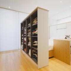 침실에 들어서면 일단 가벽을 두개 정도 설치를 했는데요~ 수납을 위해서였습니다. 먼저 왼쪽 가벽은 옷 수납입니다. 가디건이나 셔츠 등..