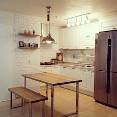 + Kitchen   오픈평 선반과 빈티지한 펜던트가 포인트인 화이트 주방  *주방 가구  : 에넥스 (ENEX)