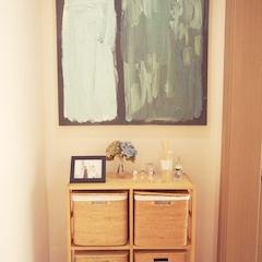 침실로 향하는 공간이 죽은 공간이 되지 않도록, 라탄 장식장과 그림으로 꾸며주었어요.