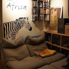 남편이 게임을 좋아하고, 둘 다 영화를 좋아해서 방 하나를 AV룸으로 꾸몄어요!  천장을 검은색 페인트로 칠하고, 전부 방 전체를 검은색으로 칠하면 너무 좁아보일까봐 벽은 회색으로 칠했어요~ 그리고 방등을 제거하고, 레일 조명으로 교체했어요~