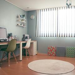 민트색으로 칠하느라 고생한 컴퓨터 방이에요. 기존 벽지가 패브릭벽지여서  페인트칠하기가 더 힘들더라구요. 페인트도 많이 먹고 잘 마르지도 않고 ㅠㅠ 크키는 작은데 침실보다 더 힘들었어요. 그래도 민트색은 예쁘죠^^