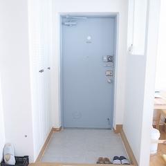 저희집 현관입니다. 이 아파트에 처음 이사왔을 때 온통 꽃무늬 천지 였어요. 벽지, 욕실, 현관문, 스위치 커버까지요. 현관문에도 꽃스티커가 잔뜩 붙어있어서 직접 페인트 집에 가서 고른 색으로 신랑이 칠을 했구요. 시원한 블루톤의 색이 굉장히 마음에 들어요:) 가벽과 신발장, 타일은 인테리어 맡겼어요.