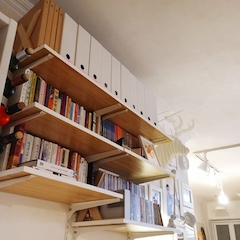 선반 뺴곡이 들어찬 책을 보니, 독서를 즐기는 가족인듯 합니다.   *거실 찬넬선반 비용 / 총 97,140원 칠레파인 18T : 52,140원, 찬넬받침대 및 기둥 : 45,000원