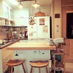 부엌 after입니다.  물론 커다란 냉장고가 가운데 들어와서 공간은 작아졌지만 아기자기해졌지요?^^;  워낙 작은 주방이라 조금더 넓어보이기 위해서 냉장고 윗쪽에 아크릴 거울을 댔구요. 실제로 보면 쬐끔 더 넓어보여요^^;ㅋㅋ   상판은 기존 아일랜드 식탁에 원목 상판만 공방에서 주문했구요.  중문은 신랑과 DIY로 망입유리중문을 했습니다! :)   음식만드는걸 좋아해서 매일 복작복작 거리는 주방입니다