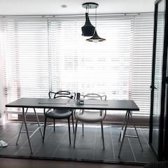 베란다는 폴딩도어를 설치하고 큰 테이블을 놓아 복합공간으로 활용하고 계시네요.
