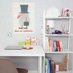책상 위쪽 벽은 포스터나 사진을 자주 바꿔가며 변화를 주고 있어요.  심플하고 정돈된 느낌의 가구들 위에 색색의 짐들과 소품이 더해져 과하지도 심심하지도 않은 느낌이에요.
