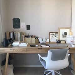 화장대는 없어도 책상은 있어야 하는 1인으로서 책상은 크고 넓은 제품으로 선택하였습니다.