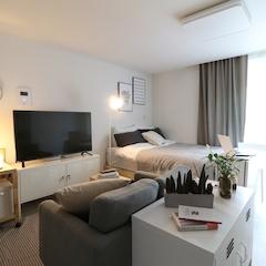 깔끔한 흰색 베이스를 가지고 있는 새 아파트라 비교적 넓어보이긴해도 가구 선택과 배치를 아주 신경써야 하는 작은 집이었어요.  한눈에 봐도 침실과 거실이 바로 붙어있는 게 보이죠?