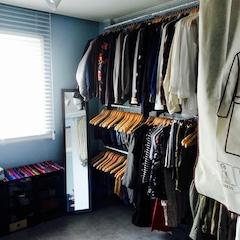 ▲ 드레스룸  저희 둘 다 옷이 많아서 작은방은 옷방으로 사용하기로 하고 수납을 위해 찬넬선반을 설치 했어요.  찬넬선반은 자유자재로 구성이 가능하기에 작은집 수납에 아주 좋아요. 그래도 옷 수납이 부족해 계절마다 옷을 정리해 침대 밑 수납박스에 넣어둡니다.