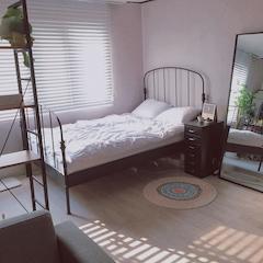 [ 나의 로망 1 ]  예전부터 철제침대에 대한 로망이 있어서  침대부터 무작정 질러버렸어요ㅎㅎ  그리곤 이 침대에 맞춰서 모든 가구소품을 골랐어요. 그러다보니 주로 검은색, 그리고 철제느낌이 나는 것들이 주가 되었네요.