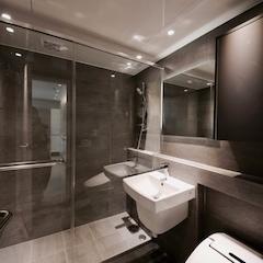 AFTER : 화장실  화장실 인테리어에서 가장 큰 역할을 한 건 타일이에요.  포세린 타일로 바닥과 벽을 이어서 시공하니 훨씬 넓어보이고 화이트 화이트한 집의 분위기를 욕실이 어느정도 눌러주는 역할을 하고 있죠.  욕조와 부스 중에 고민이 많았는데 반건식으로 쓰고 싶어서 샤워부스로 결정했어요. 이렇게 하니 청소할 양이 반으로 준 것 같아서 너무 좋아요!