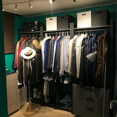 아까 보여드린 드레스룸이 이렇게 바뀌었습니다.  초록색 벽으로 칠을 했는데 친구가 보고 청테이프 붙였냐고...;; 푸른계열을 좋아하다보니 과감하게전체를 초록색으로 칠했어요!  옷이 생각보다 더 많아서 위에 있는 상자도 다 옷이 들어있어요. 서랍장에도 다 옷이고 드레스룸엔 수납공간이 많이 필요했습니다.