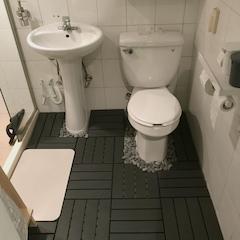 욕심 같아선 벽면엔 욕실페인트를 칠하고 바닥은 타일 덧방을 하고 싶었지만, 한발 물러서서 데크타일만 깔았어요. 마침 건식 욕실에 관심이 있었는데, 샤워부스 안쪽을 제외하고 데크타일을 깔아 건식으로 사용 중이에요. 톱질이 좀 힘들기는 했는데 깔아놓고 나니 훨씬 깔끔해져서 만족해요. 보기 싫은 마감 부분은 흑자갈을 사서 깔아두고,구석에 수건과 햄퍼를 놓았어요.