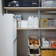 주방 옆에 수납이 가능한 다용도실이 있는데 이 공간이 꽤 커요. 근데 다 보여드리진 못하겠네요 안보이는쪽은 총체적 난국입니다.이사진보고 지인들이 정리의 신이라고 해요. 딱딱 공간이 맞아 들어가면 그렇게 기분이 좋을 수가 없어요.