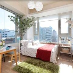 [초록을 담은 거실] 원룸 인테리어에서는 거실과 침실의 경계가 애매하죠. 남동향으로 크게 난 창 아래로 한 쪽은 침대를, 한 쪽에는 테이블을 두어서 공용공간으로 사용한답니다. :) 초록 잔디와 나무 덕분에 삭막한 빌딩숲속에서도 초록의 향기를 조금씩 느껴보려고해요. ^^
