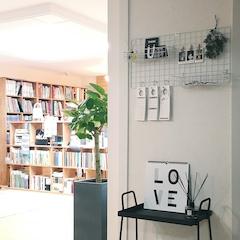 안방에서 나와 거실로 가는 벽면 네트망과 사이드테이블로 꾸며봤어요. 거실의 책장들과 새로 들인 고무나무가 빼꼼하네요. ^^