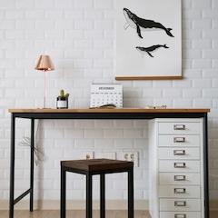 이번에 새로 책상을 들였어요~~ 철제와 원목의 조화가 예쁜 책상인게, 수납력을 위해 기존에 있던 캐비넷을 넣어두었어요!(사이즈를 재보지않았는데 쏙 들어가네요~)   http://m.blog.naver.com/minwoo1570