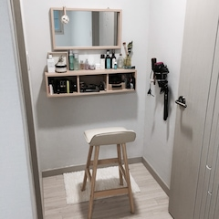 제가 애정하는 공간 제 화장대예요 불필요한 가구, 소품 정리해서 최대한 실용적으로 꾸며봤어요 사용해보니 가구 큰거 들여놔서 자리차지하는것보다 훨씬좋고 깔끔해요 ^^