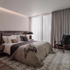 침대가 다 들어가고도 남을 넓찍한 러그로 꾸며준 침실입니다. 러그인테리어는 특하 바닥의 색이나 질감이 맘에들지 않을때 유용합니다. 커튼은 비치는 얇은 소재의 속커튼과 두꺼운 겉커튼을 이중으로하여 훨씬 안정적인 느낌을 낼 수 있어요. 침실전체는 베이지와 그레이컬러로 통일해 은은한 멋이있는 침실이 되었습니다.