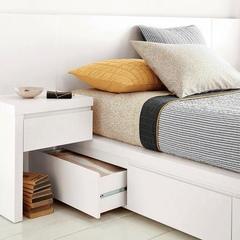 옆의 협탁과 침대 밑 수납장이 스마트하게 붙어 있습니다.
