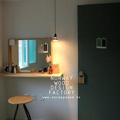 믹스앤매치 컨셉으로 디자인한 작은 빌라 인테리어입니다. 기존의 거실과 욕실 방 2개로 구성된 빌라의 기본 구조는 그대로 유지하되 각자 방의 역할을 라이프스타일에 맞춰진 형태로 분리하여 구성하였습니다.