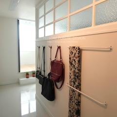 드레스룸 옷장 맞은 편 파티션에 설치된 가방걸이 , 스카프걸이.