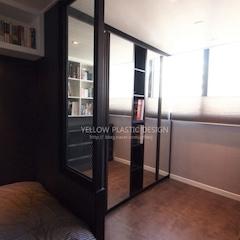 침대 파티션 안쪽엔 거울문 옷장, 맞은편은 서랍장과 책장