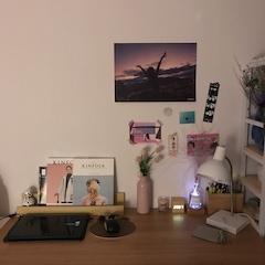 좋아하는 것들로 가득한 책상