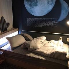 침대...배송이 생각보다 빨리와서 기분 좋았네요~ 조명등과 침대 머리쪽에 있는 침대 자체 조명만으로도 아늑하고 따뜻힌 분위기를 낼 수가 있습니다!!! 좋은 침대 구매하시길 기원합니다🙏