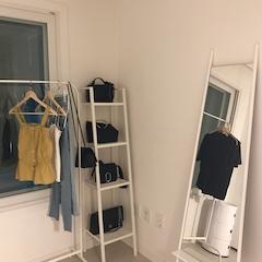 드레스룸은 다들 잘 아시는 마켓비제품이 많이 들어갔어요 !  거울은 아직 사용하시는 분들이 잘 없기도하구 발품팔다 우연히 득템(?) 하게 됐어요 !  드레스룸 포토존을 맡고 있답니다 📸