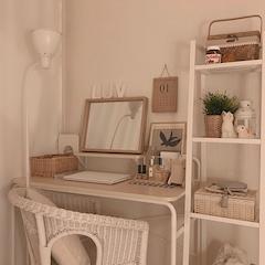 책상, 화장대 동시에 해결되는 꿀조합이지만 책상 위 여유공간이 많지 않아서 라탄 바스켓을 여러개 두고, 스탠드도 탁상형이 아닌 장스탠드를 사용해요 ٩(˙▿˙)۶
